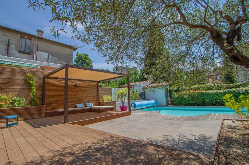 Aménagement d'un espace lounge au bord de piscine au cœur de Toulouse